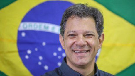fernando haddad com bandeira brasileira ao fundo