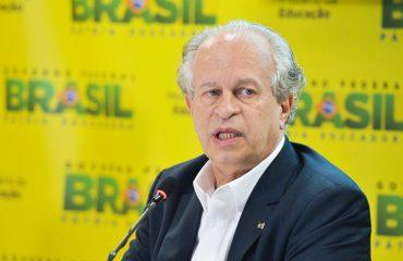 Renato Janine dá entrevista