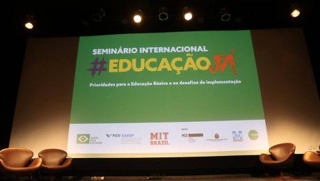 palco com telão no Seminário Internacional Educação Já