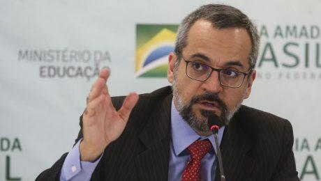 Ministro da Educação Abraham Weintraub ao microfone