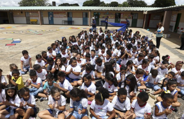 Atividade com vários alunos no pátio da escola