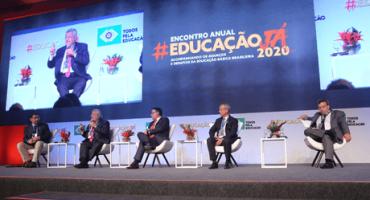 Palco com painelistas no Encontrol Anual Educação Já 2020