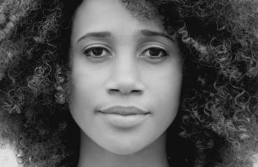 detalhe em preto e branco do rosto de mulher negra.