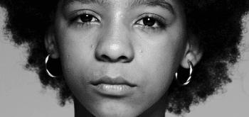detalhe em preto e branco do rosto sério de jovem negra - recursos