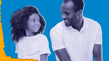 foto preta e branca de homem negro sorri apra criança negra sobre fundo azul claro