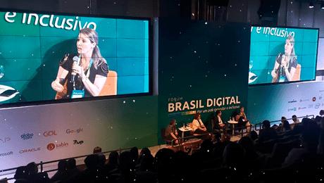 Fórum Brasil Digital vista de cima de auditório com dois telões projetando priscila cruz ao microfone