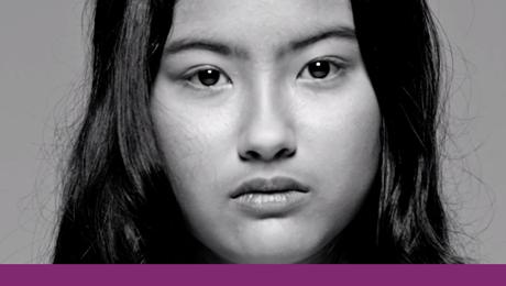 detalhe em preto e branco de rosto de jovem de origem asiática