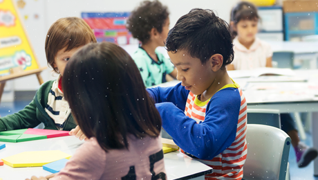 crianças em sala de aula