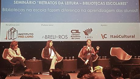 Priscila Cruz e mais duas pessoas no Seminário Retratos da Leitura