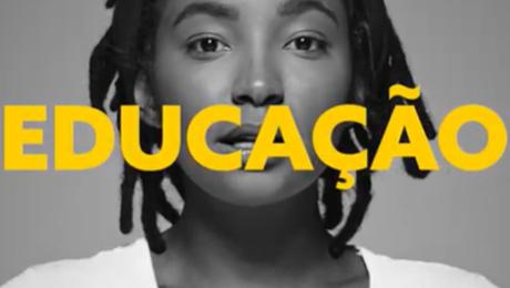 educação em amarelo sobre foto preta e branca de mulher negra