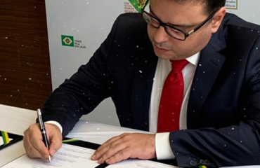 João Marcelo Borges assina pacto