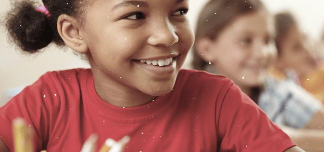 detalhe de menina negra que sorri e olha para a direita