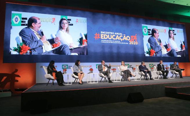 palco com painelistas no encontro anual educação já 2020