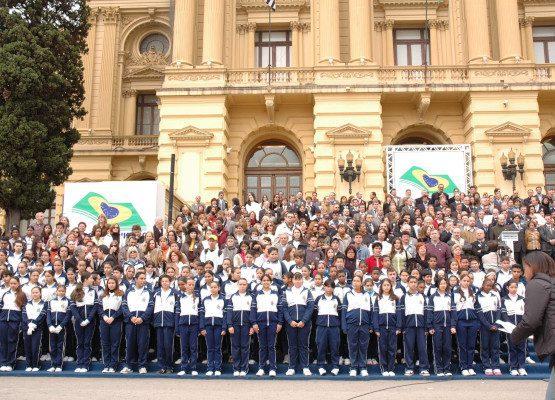 dezenas de jovens reunidos na frente do Museu do Ipiranga em são paulo