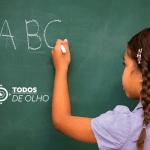 aluna escrevendo A, B e C no quadro negro