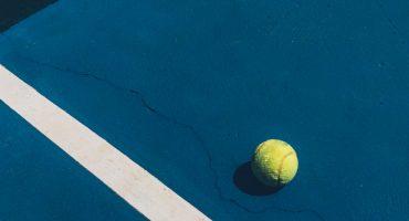 detalhe de quadra de tênis azul com bolinha amarela