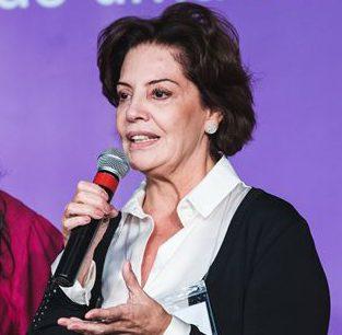 Foto de Rosa Penido falando ao microfone