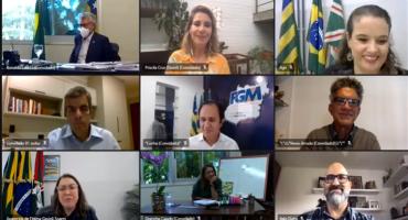 Todos Pela Educação - Print de tela de reunião online, com 9 pessoas.
