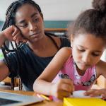 Mãe ajudando e apoiando a filha na escola online enquanto fica em casa. novo conceito de estilo de vida normal. conceito monoparental. Foto gratuita