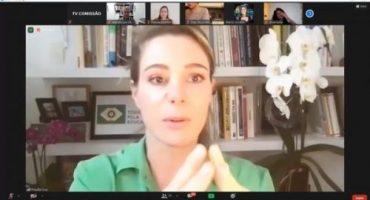 Print de tela de videoconferência, em destaque Priscila Cruz.