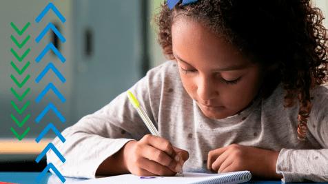 Criança escrevendo no caderno