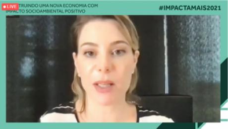 Print de videoconferência, Priscila Cruz fala olhando para a tela. Moldura #ImpactaMais2021. Construindo uma nova economia com impacto social positivo.