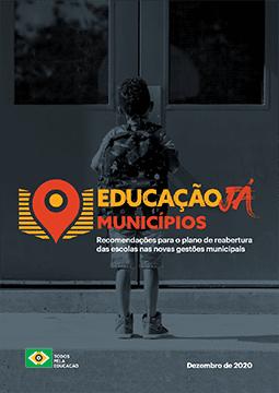 banner educação já municípios com menino de costas parado na frente da porta de uma escola