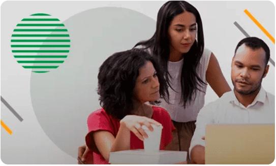 Duas mulheres e um homem curiosos em frente ao computador