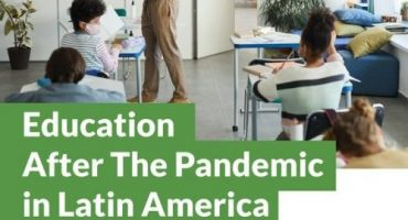 Foto de sala de aula com alunos usando máscaras cirúrgicas. Education after the pandemic in Latin America