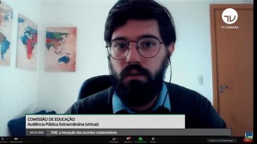 Lucas Hoogerbrugge, homem de barba e óculos de grau, fala para a câmera. Comissão de Educação. Audiência pública extraordinária (virtual). 09/07/2021. SNE: a inovação dos acordos colaborativos