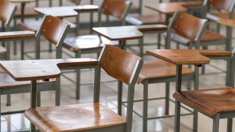 cadeira vazias na sala de aula