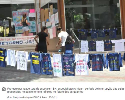 camisetas penduradas em varal em protesto em frente de escola