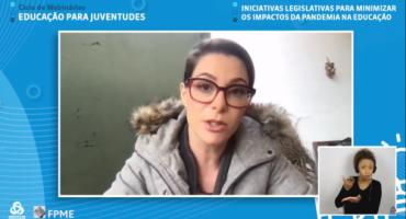 Print de tela com moldura azul, em videoconferência Priscila Cruz fala. Canto inferior direito, intérprete de LIBRAS.