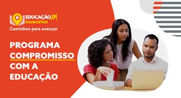 Três pessoas olham para um laptop. Programa Comormisso com a Educação. Inscrições até 15 de agosto.