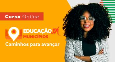 Foto de mulher negra, cabelos soltos e óculos de grau, sorrindo, de braços cruzados. Curso online. Educação Já Municípios. Caminhos para avançar.