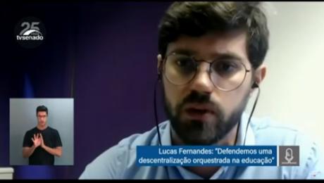 Print de tela videoconferência mostra homem branco de barba e óculos de grau falando. No canto inferior esquerdo, intérprete de LIBRAS.