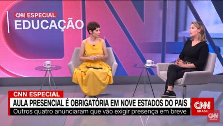 Print de tela exibição CNN Especial Educação. Duas mulheres sentadas conversando. Uma usa um vestido amarelo, tem cabelos curtos. Outra, veste calça e blusa pretas, tem cabelos louros.