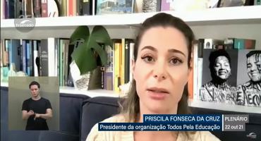 Tela de audiência pública. Priscila Cruz, mulher, cabelos claros, fala olhando para a câmera.