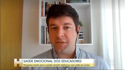 Homem branco fala olhando para a tela. Descritivo: Saúde emocional dos educadores.