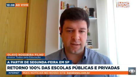 Tela do telejornal da BandNews. Olavo Nogueira Filho, homem branco, fala olhando para o vídeo.