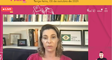Vídeo de uma mulher loira falando para a câmera, com moldura do Seminário PARC.